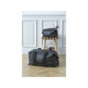 Corium Weekendtaske og Toilettaske i sort læder. Tasken måler 48x25x21 cm og toilettasken 23x15x12 cm