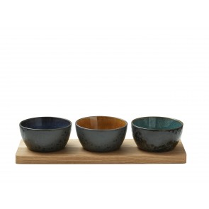 Bitz Cabaretsæt med 3 skåle i 10 cm på bræt i egetræ. Skålene er i sort stentøj med 3 ass. farver: mørkeblå, grøn og amber på indersiden